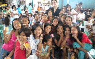 Bidonvilles : scolarisation de jeunes filles aux Philipinnes